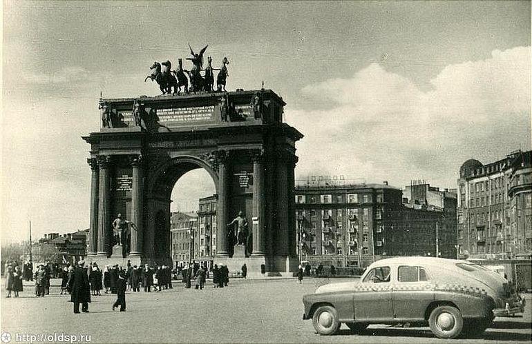 Нарвские триумфальные ворота в Санкт-Петербурге (Россия)