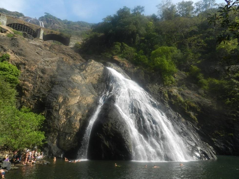 Молочно-белый водопад Дудхсагар в Гоа (Индия)