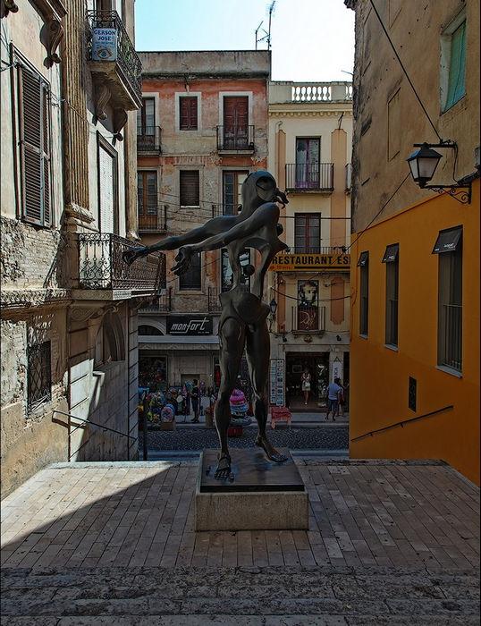 Сюрреалистический Театр-музей Дали в городке Фигерас (Испания)