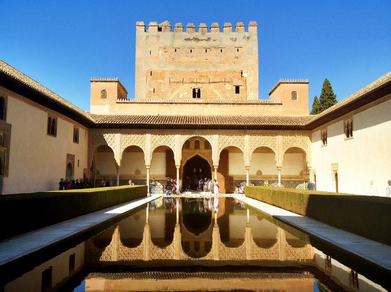 Дворец Альгамбра: яркая достопримечательность Гранады (Испания)