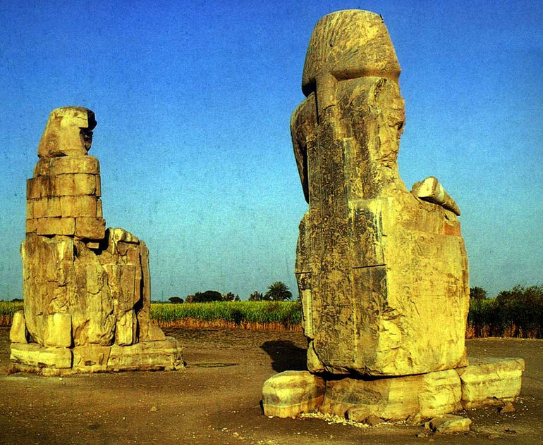Колоссы Мемнона в Египте