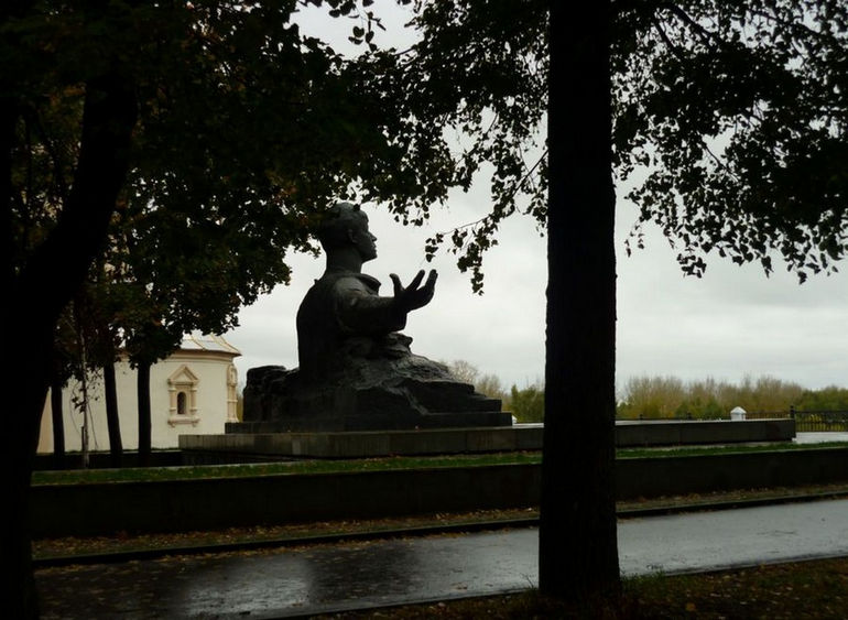 Pamyatnik-Sergeyu-Eseninu