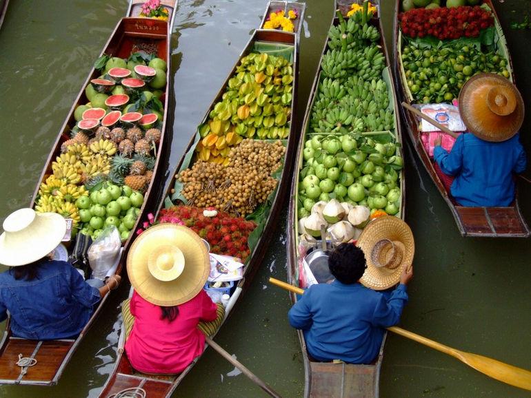 floating-market-in-Bangkok-Thailand-1600x1200