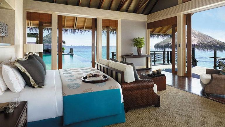 006566-07-villa-bedroom-balcony-sea-view