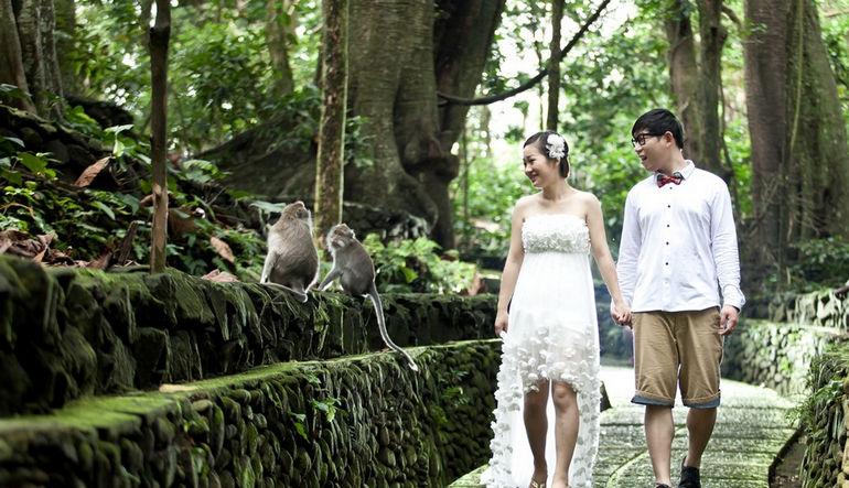 Bali-pre-wedding-photographer-2akumalisa-at-monkey-forest