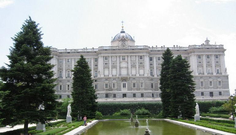 1331190275_korolevskij-dvorec-v-madride_vid-so-storony-sadov