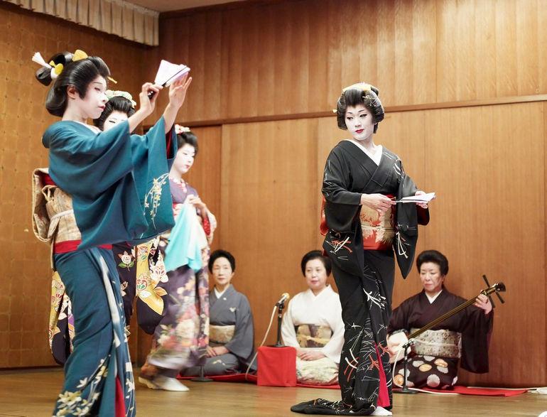 Niigata_geisha_dancing2