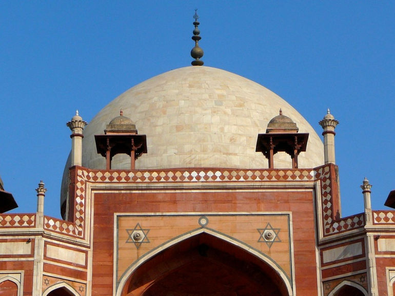 The_white_marble_dome_and_chhatris_on_the_roof_of_Humayun's_tomb