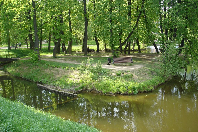 Vorontsovo_manor_Park._One_of_the_ponds,_part_of_ponds_cascade