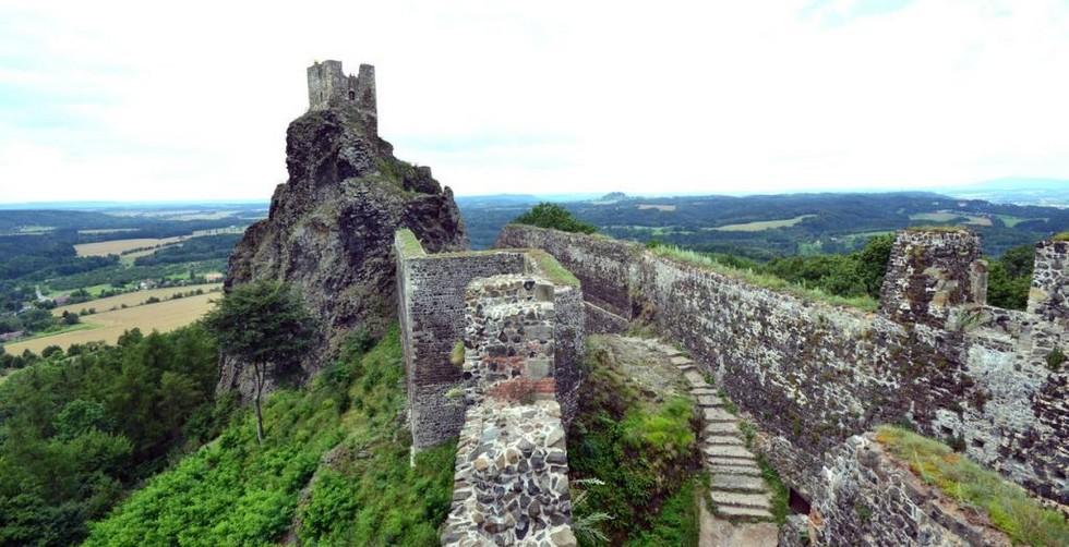 Замок-Троски-стена