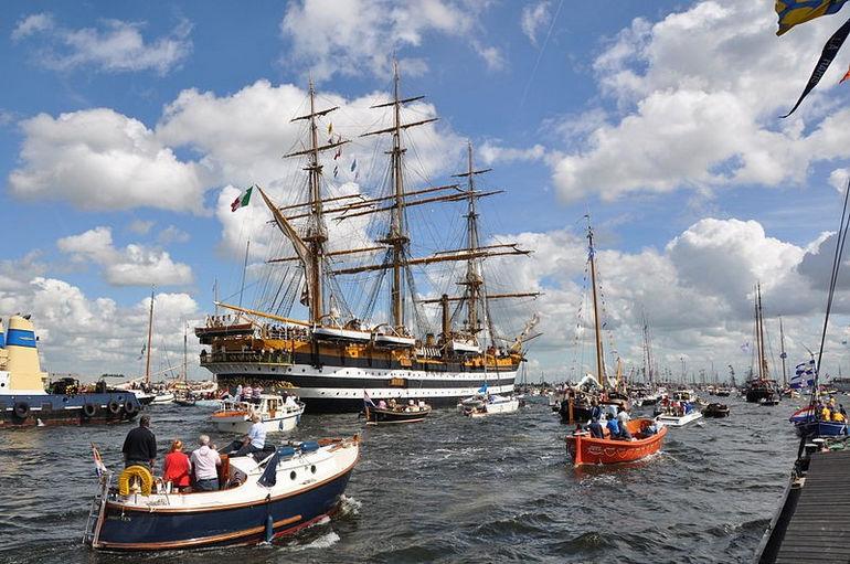 800px-Sail_Amsterdam_2010_Sail-in_(085)