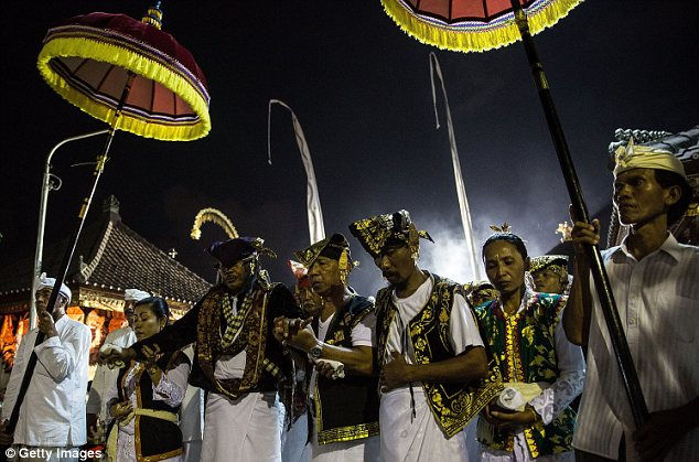 Традиция Ngerebong: кинджалом в грудь (Индонезия)
