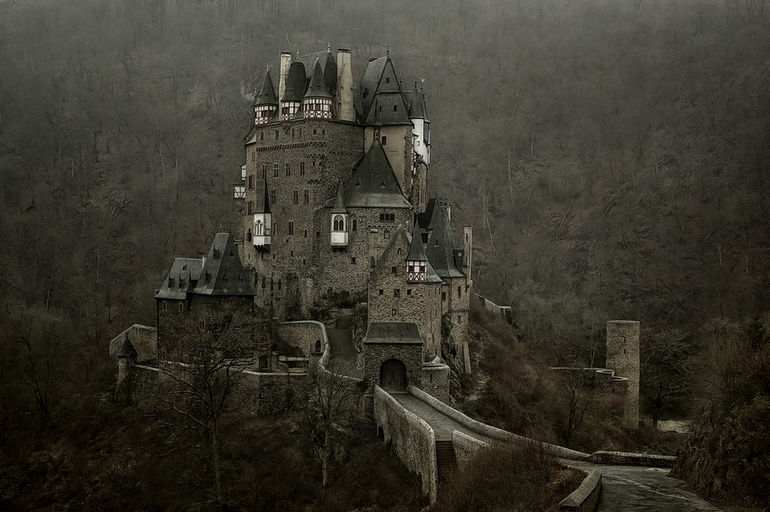 Burg-Eltz-a24095376