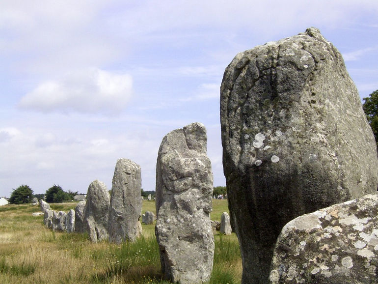 Carnac_megalith_alignment_1