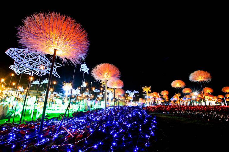 Невероятная световая инсталляция в парке Ratchaphruek (Таиланд)