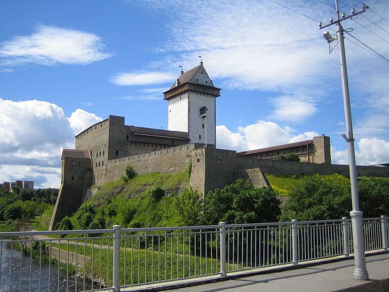 1280px-Hermanni_kindlus_Narvas
