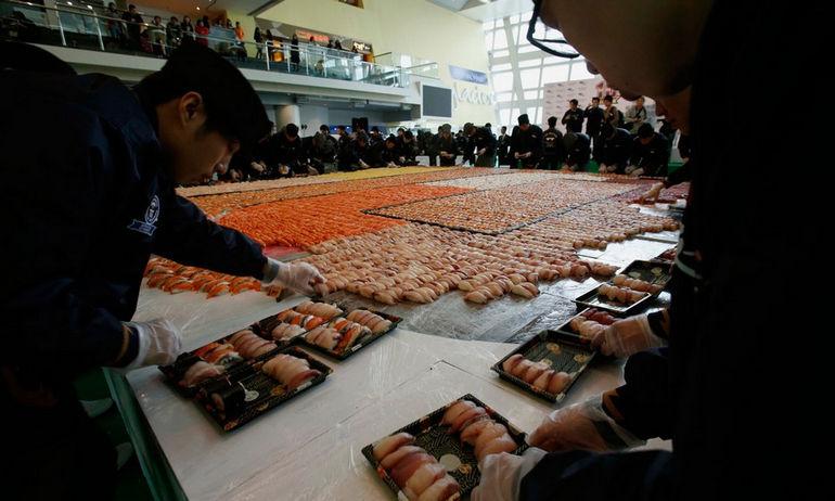 Огромная мозаика из суши: вкусный рекорд Китая