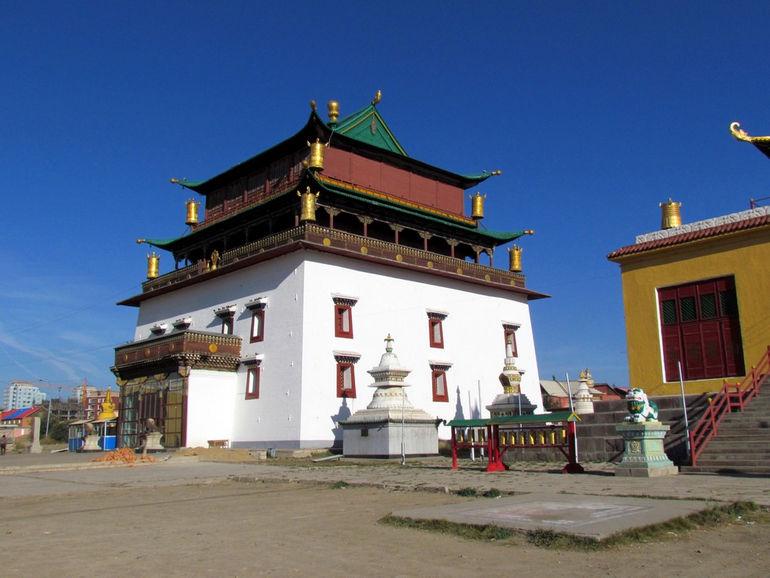 Gandantegchinlen_Monastery,_Ulan_Bator-1