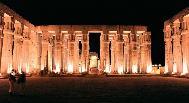 Luxor,_Luxor_Temple,_inside,_at_night,_Egypt,_Oct_2004