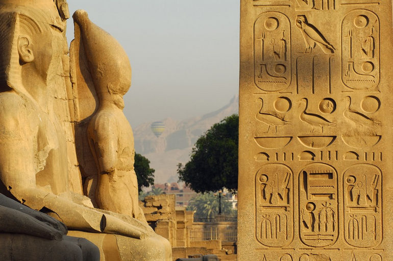Egypte, Louxor, le temple de Louxor, le detail de l'obelisque