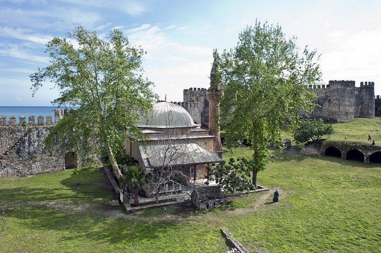 1280px-Mamure_Castle_mosque