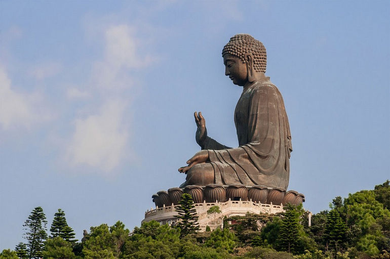 1280px-Tian_Tan_Buddha_by_Beria