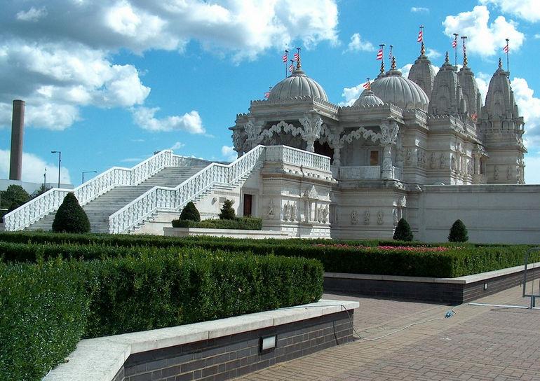 Индуистский храм Tempel Shri Swaminarayan Mandir (Великобритания)