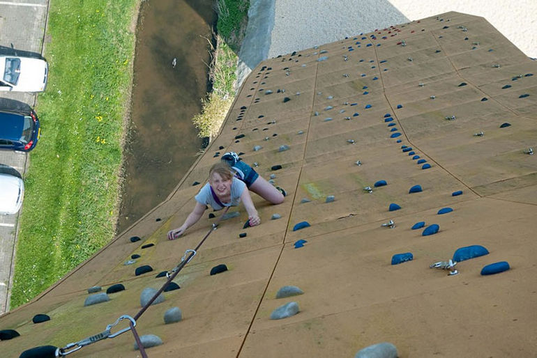 Hannah-J-L-tackling-the-slabby-side-of-Excalibur-at-the-Bjoeks-wall-in-Groningen-the-Netherlands