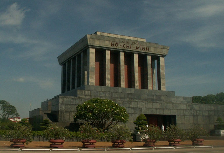 Ho_chi_minh_mausoleum_2