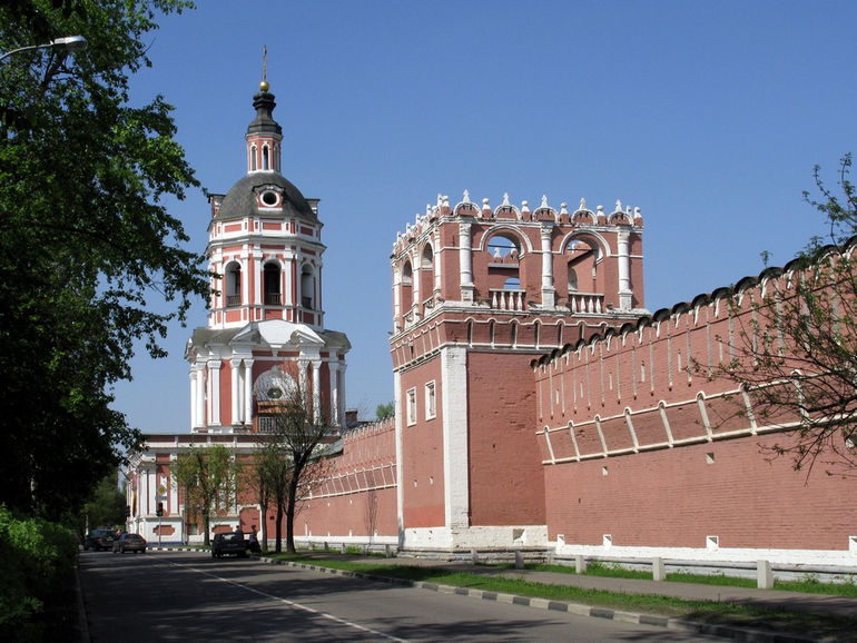 Walls_and_towers_of_Donskoy_Monastery_05