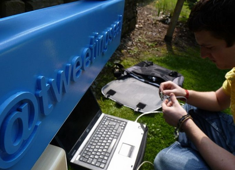 tweetingseat-twitter-bench-concept-01-944x715