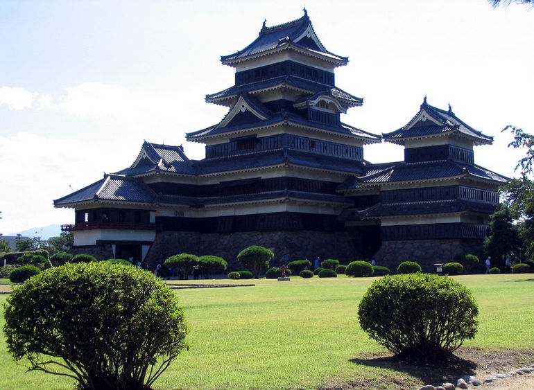 Matsumoto_Castle_far2_0504