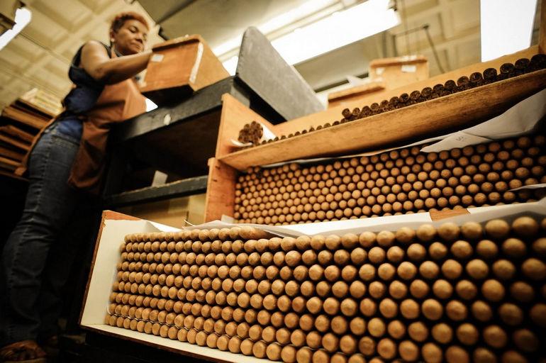 Handmade_cigar_production,_process._Tabacalera_de_Garcia_Factory._Casa_de_Campo,_La_Romana,_Dominican_Republic_(9)