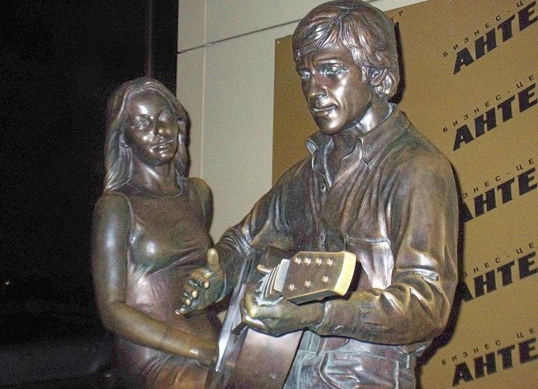Памятник Высоцкому и М. Влади в Екатеринбурге