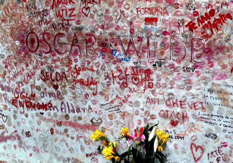Памятник Оскару Уайльду в поцелуях (Франция)