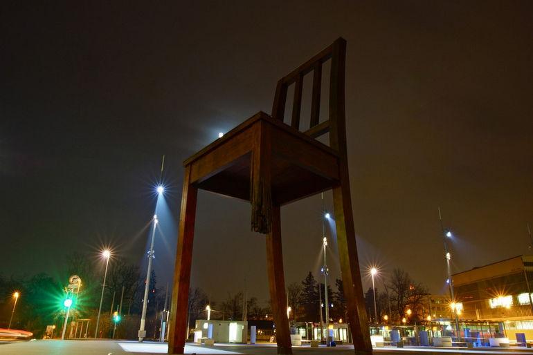 Сломанный стул: форма протеста против запрещенных средств ведения войны (Швейцария)