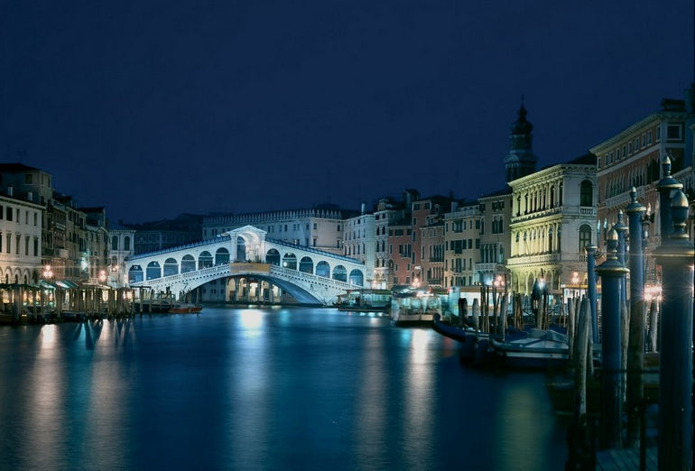 venice-rialto-bridge-night-view-1600x1200