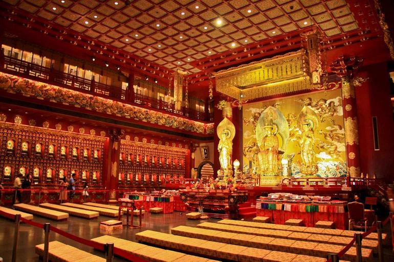 Храм зуба Будды: буддийская святыня посреди шумного мегаполиса (Сингапур)