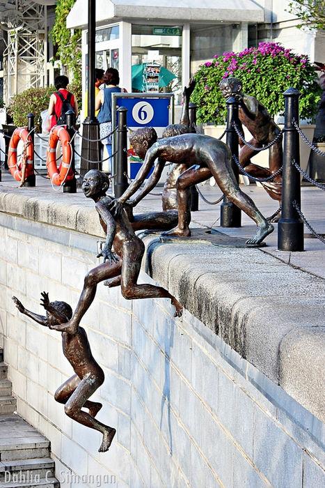 Веселые «Купальщики»: оригинальная скульптура в Сингапуре