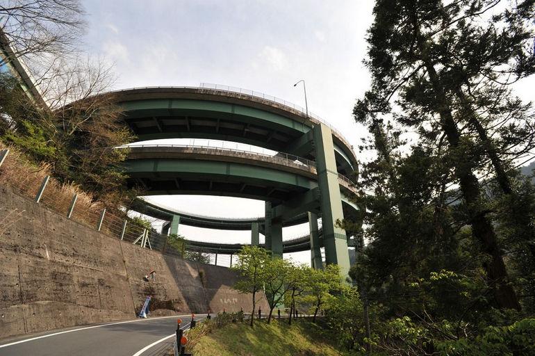 Кавадзу-Нанадару: мост в виде спиральной рампы (Япония)