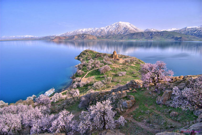 Akhtamar_Island_on_Lake_Van_with_the_Armenian_Cathedral_of_the_Holy_Cross
