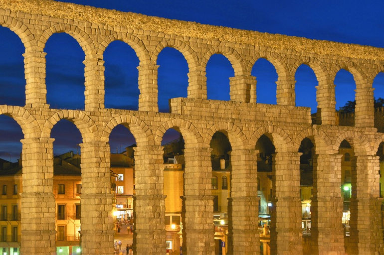 Detail_aqueduct_Segovia_at_dusk