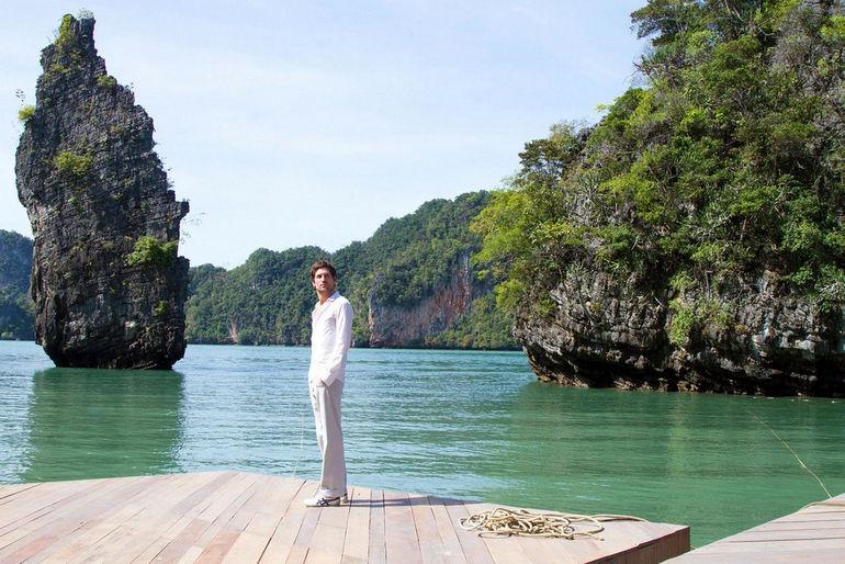 floating_Cinema_Thailand_man