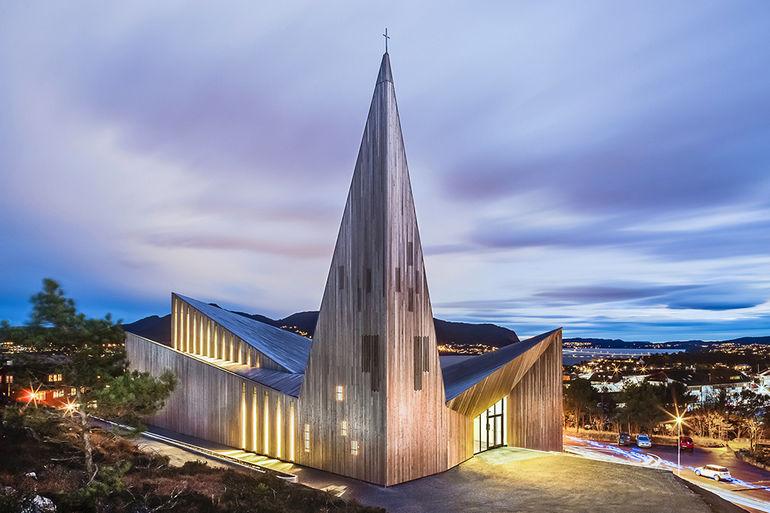 Современное скандинавское зодчество: деревянная церковь в Нарвике (Норвегия)