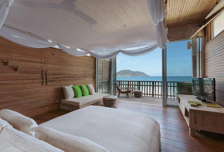 975x660_05_ocean_view_deluxe_bedroom