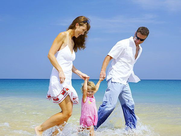 family-rest-on-sea