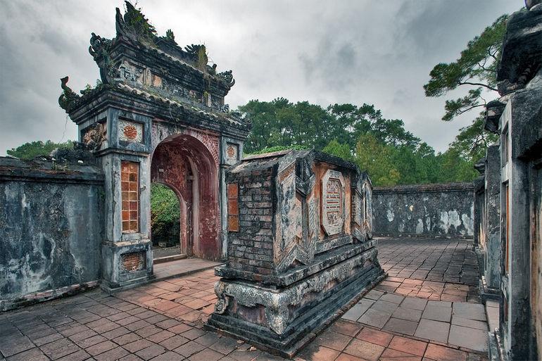 Гробница императора Ты Дыка в Хюэ (Вьетнам)