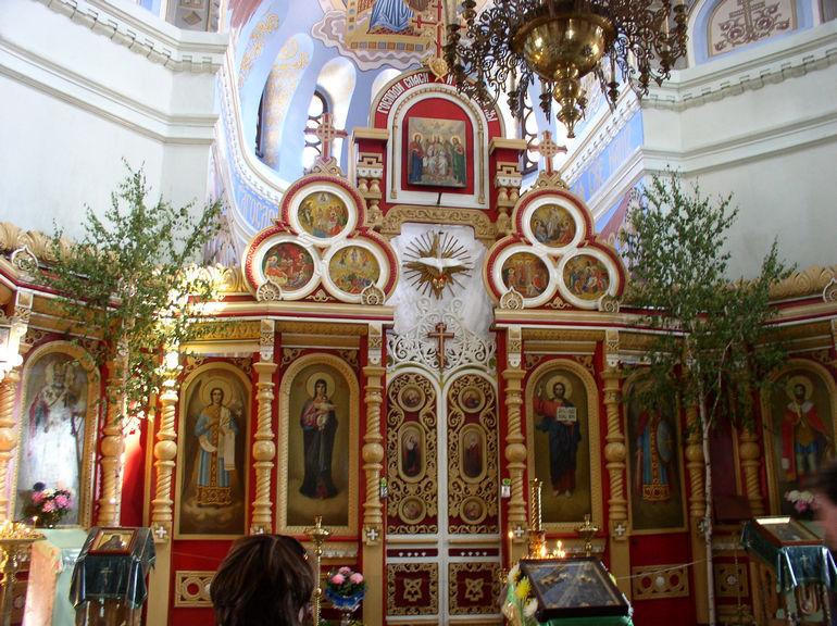 Иконостас собора (справа на аналое икона с частицей мощей и схимы Александра Невского)
