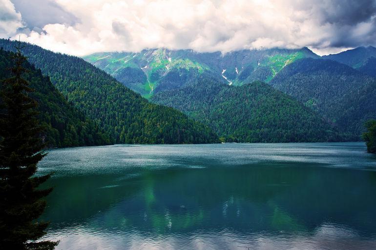 Рица – живописное горное озеро