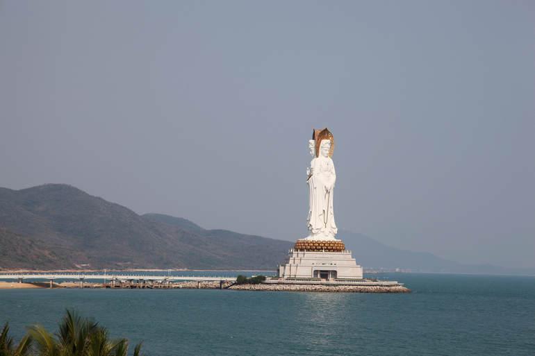 Статуя богини Гуаньин на Хайнане (Китай)